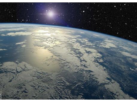 planeta Ziemia, w tle widoczne UFO  źródło: flickr.com