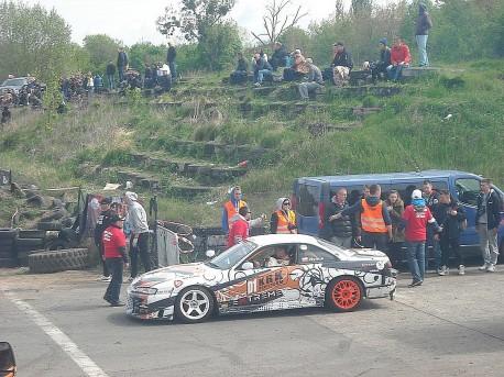 Jeden z kierowców przygotowuje się do Rundy Drift Open (fot. Przemysław Jankowski)