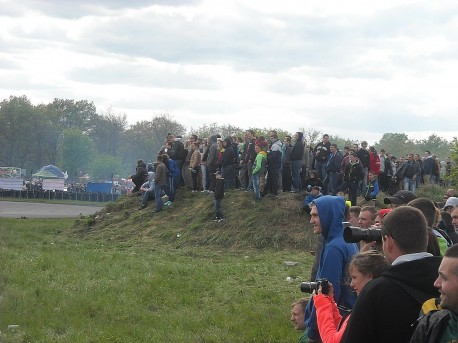 Miłośników (szczególnie młodych chłopaków) motoryzacji nie brakowało (fot. Przemysław Jankowski)