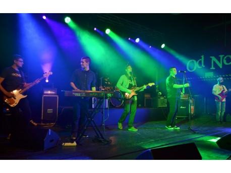 Wpół do Bluesa na Przeglądzie zespołów muzycznych w ramach Toruńskich Spotkań Kultury Studenckiej 28 marca 2014 r.; w środku z gitarą i z bródką Wojtek Kaniewski (fot. Klaudia Helman)