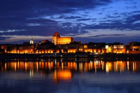 Toruń nocą ((źródło: wikimedia.org)