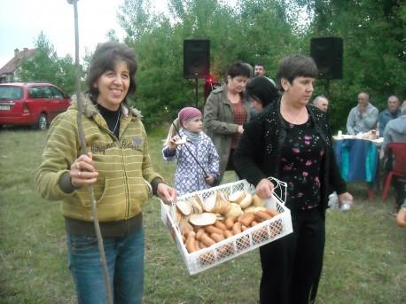 Panie z Klubu Kobiet Kreatywnych niosą kiełbaski (fot. PJ; rok 2014)