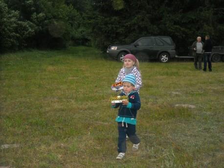 Dzieci niosą wianki (fot. PJ; rok 2014)