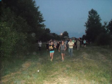 Wspólny marsz w stronę jeziora (fot. PJ; rok 2014)