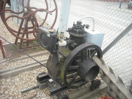 Jeden z pierwszych silników spalinowych do napędzania maszyn za pomocą pasów (fot. Przemysław Jankowski)