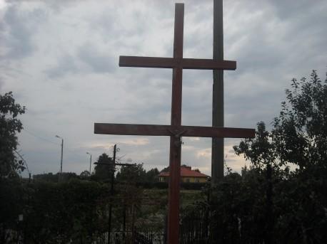 Podwójny krzyż, pod którym chowano ludzi chorych na cholerę (fot. Przemysław Jankowski)