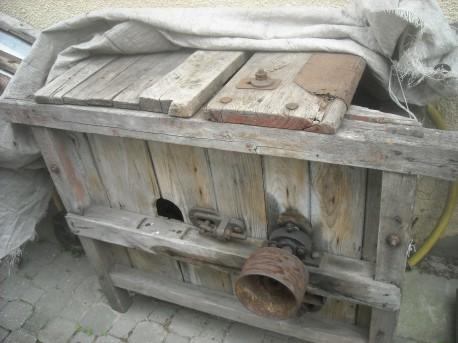 Jedna z pierwszych maszyn do młócenia zboża (fot. Przemysław Jankowski)