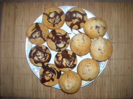 Muffinki na talerzu, widok z góry (fot. PJ)