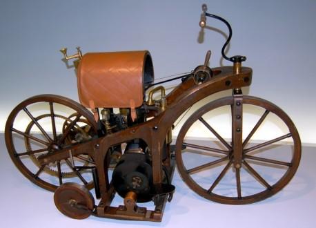 Pierwszy motocykl z 1885 roku (źródło: wikimedia.org)