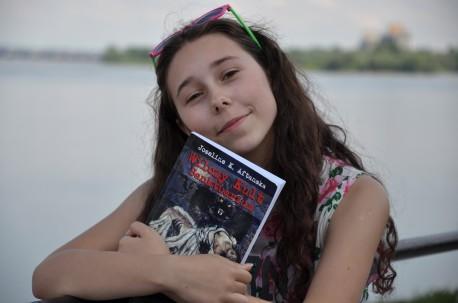 Justyna Aftańska ze swoją książką (fot. PJ)