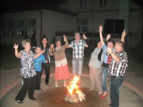 """Tańce przy ognisku, czyli wieczór z """"pieczonym ziemniakiem"""" (fot. PJ)"""