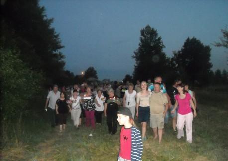 Mieszkańcy Okien, Czarnego i okolic idą puszczać wianki (fot. PJ)