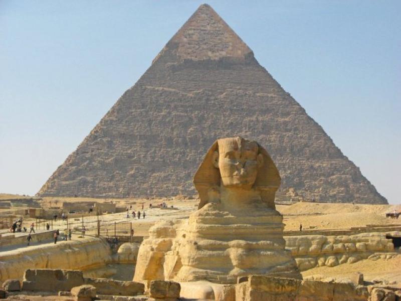 Wielka Piramida w tle, na pierwszym planie Sfinks
