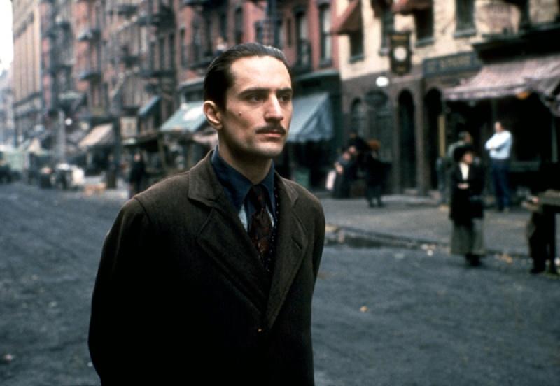 """Vito Corleone (De Niro) - kadr z filmu """"Ojciec chrzestny 2"""" (źródło: wikia.com)"""
