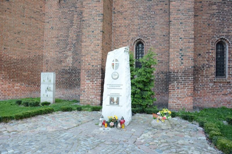 Zamek kapituły pomezańskiej - pomnik ku czci Jana Pawła II (fot. PaM)