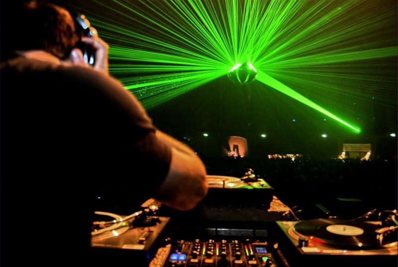 DJ przy konsolecie  http://www.flickr.com/photos/merlijnhoek