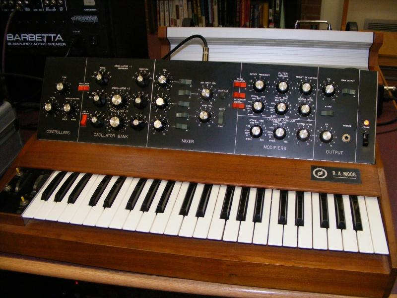 Syntezator Minimoog (źródło: wikimedia.org)
