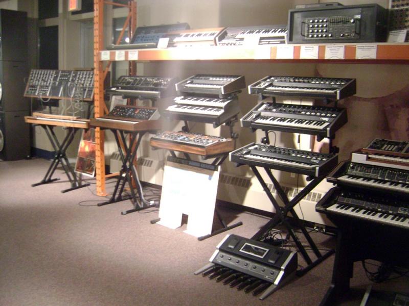 Syntezatory Mooga (źródło: wikimedia.org)