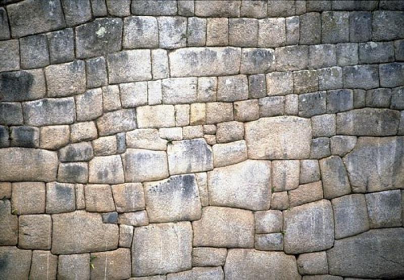 Precyzyjnie obrobione i dopasowane do siebie bloki skalne