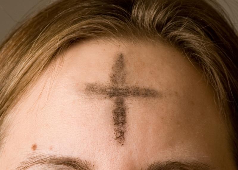 Znak krzyża z popiołu kreślony na czole katolika na zachodzie, m.in. w Anglii (źródło: wikimedia.org)