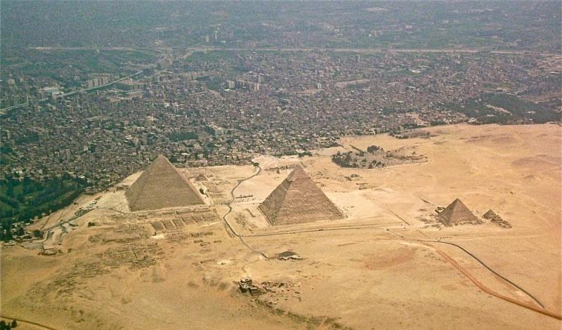 Piramidy w Gizie (źródło: wikimedia.org)