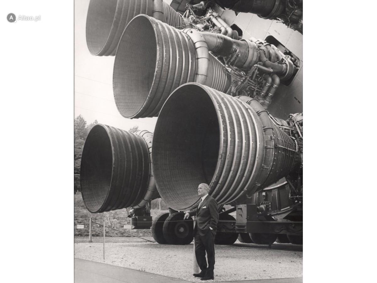 Na zdjęciu silniki rakiety Saturn 5 i konstruktor Wernher von Braun