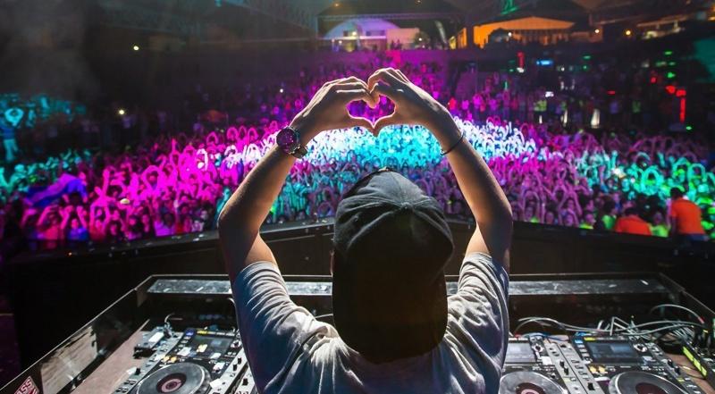 DJ przy konsolecie (źródło: wikimedia.org)