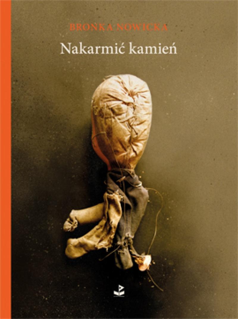 """Okładka książki """"Nakarmić kamień"""" (źródło: http://biuroliterackie.pl)"""