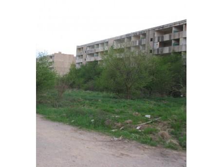 ulica, w tle opuszczone bloki  (aut. zdj.: Marta Możdżeń)