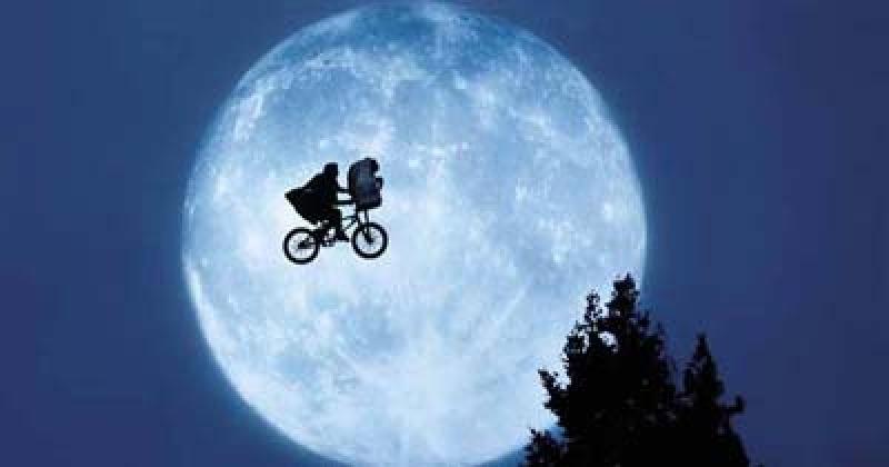 """Kadr z filmu """"E.T."""" (źródło: wikimedia.org)"""