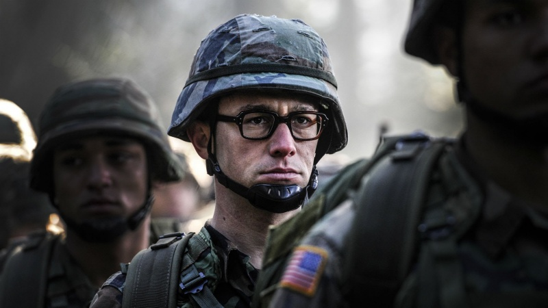 """Kadr z filmu """"Snowden"""" (źródło: youtube.com)"""