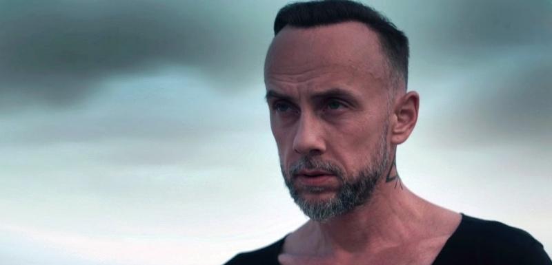 """Adam """"Nergal"""" Darski w klipie """"Cyrulik Jack"""" (źródło: youtube.com/screenshot)"""