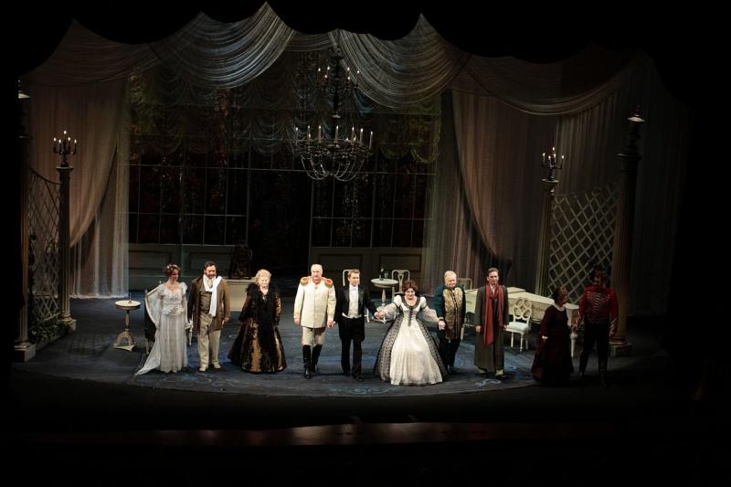 Scena teatralna i aktorzy (źródło: wikimedia.org/Serguei S. Dukachev)