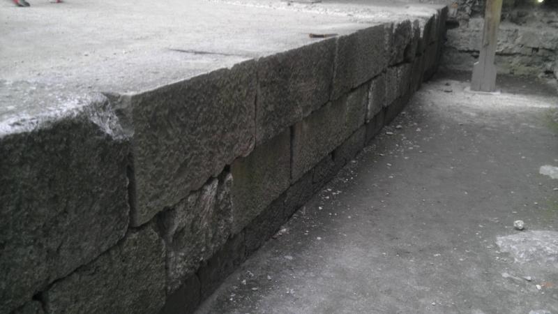 Masywne bloki, ważące kilka ton, obecne w dolnych segmentach zamku