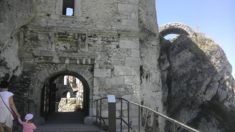 Bloki kamienne (wapienne), z których zbudowany jest zamek przycięte są wraz z krzemieniami w jednej płaszczyźnie. Nawet dzisiaj nie dysponujemy technologią, by dokonywać podobnej obróbki kamienia
