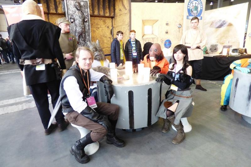 """Pyrkon 2017 - Wiedźmin Geralt i czarodziejka Yennefer w kantynie z """"Gwiezdnych wojen"""" (fot. Małgorzata Morawska)"""