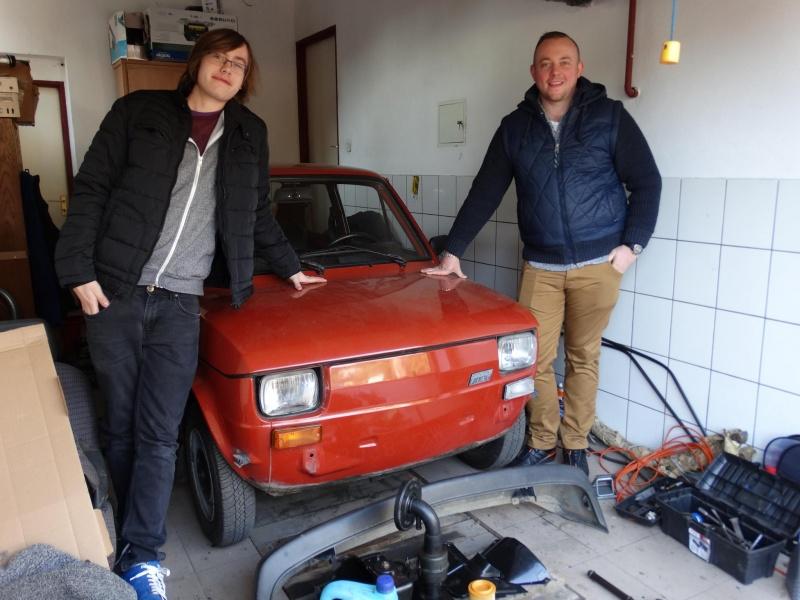 Wiktor (z lewej) i Damian ze swoim fiacikiem (źródło zdjęcia: archiwum prywatne)