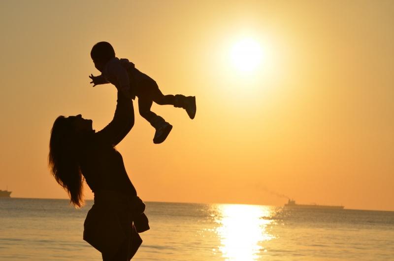 Mama z dzieckiem (źródło fotografii: pexels.com)