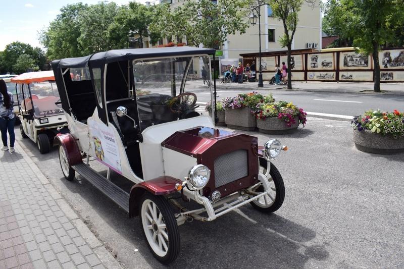 Stylowe, starodawne auto do przewozu turystów (fot. PJ)