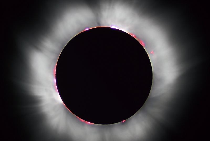 Całkowite zaćmienie Słońca (źródło: wikimedia.org/Luc Viatour)