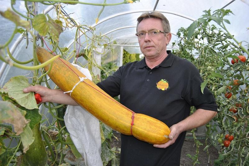 Piotr Holewa z ogórkiem o wymiarach konkursowych